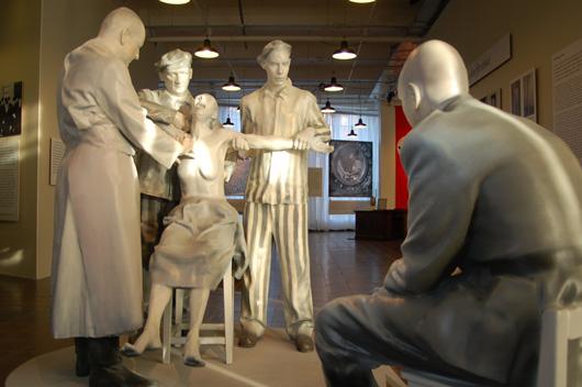 Två fantastiska skulpturgrupper i skala 1:1 förstärker det som finns runt dem på ett sätt som texterna inte klarade av.
