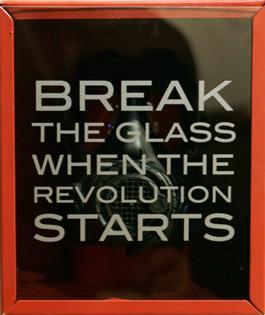 Ett av skåpen ur vägginstallationen Wall storage. Vid behov ska man kunna krossa glaset och delta i en samhällsförändrande aktivitet. Produktion och distribution Revolution Industries.