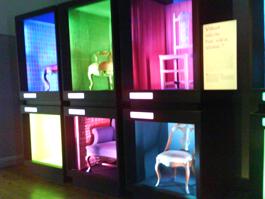 """Lådan för det rosa perspektivet, """"Vilket värde har våra stolar?"""" Ljussättningen i dessa fack förändras hela tiden och får andra temafärger: blå blir till gul blir till rosa."""