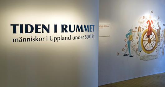 Väggen som omsluter utställningen med Albertus Pictorinspirerat livshjul.
