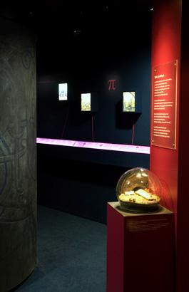 I bakgrunden syns en tidslinje som sätter händelserna i Uppland i ett större historiskt sammanhang.