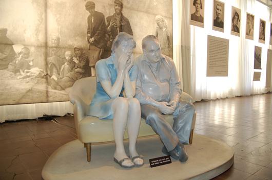 """Trots den dämpade porslinsaktiga färgsättningen, eller kanske rent av på grund av den, griper skulpturgrupperna tag i besökaren och ger utställningen ett personligt perspektiv. Här är det svenskarna, däribland en av utställningsmakarna själv, som """"upptäcker"""" från TV-soffan """"upptäcker"""" nazisternas förbrytelse."""