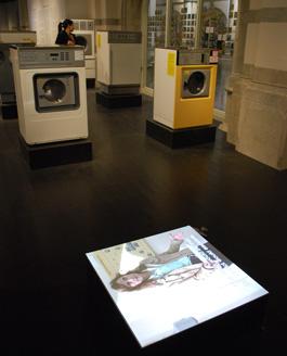 Folks tvättstugeutbrott kommenteras i sex kvadratiska golvlådor. För att fylla sin plats i rummet borde ljudet från dem varit högt påslaget. Men talljud förhindrar den koncentration som behövs för att kunna läsa utställningstexterna. Detta är en återkommande gestaltningskonflikt på museerna. Som skulle kunna lösas - t ex inom ramen för den experimentverkstad för utställningsmediet som varje centralmuseum borde kosta på sig.