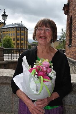 Eva Persson promoverades till hedersdoktor för sitt långa arbete inom utställningsmediet. I bakgrunden syns Arbetets museum där hon var konstnärlig ledare på 1990-talet. Foto: Pia Cederholm